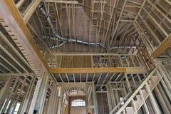 Wood dubbar som inramar för Två-våning hem royaltyfri bild
