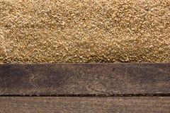 Wood durk över sandstranden royaltyfri foto