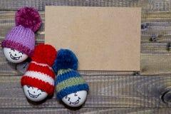 wood easter ägg Emoticons i stucken hatt med pom-poms han Royaltyfri Foto