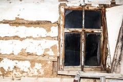 Wood fönster av det gamla huset royaltyfria bilder