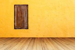 Wood fönster för Grunge på den ljusa orange betongväggen med perspecti Arkivfoton