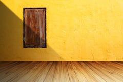 Wood fönster för Grunge på den ljusa orange betongväggen mot perspe Royaltyfria Bilder