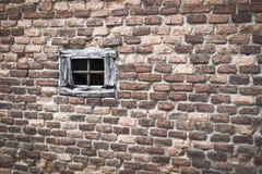 Wood fönster i brun tegelstenvägg Royaltyfria Bilder