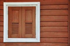 Wood fönster med vit inramar Royaltyfri Bild
