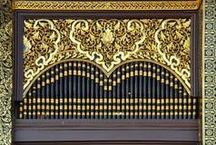 Wood fönster på den thai templet Royaltyfri Bild