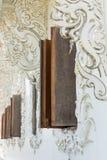 Wood fönster på den vita templet Royaltyfria Bilder