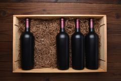 Wood fall av rött vinflaskor med en saknad royaltyfria bilder