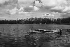 Wood fartyg i en flod Arkivfoto