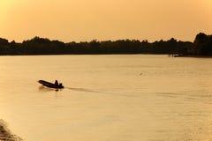 Wood fartygmotor för lång svans i floden Arkivbild