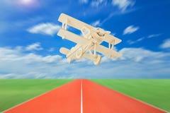 Wood flygplan med landningsbanor mot härlig himmelbakgrund arkivfoton