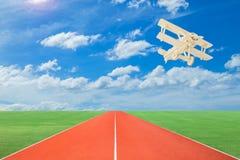 Wood flygplan med landningsbanor mot härlig himmelbakgrund royaltyfria foton