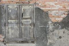 Wood fönster- och tegelstenvägg Royaltyfria Bilder
