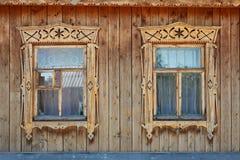 wood gammala utsmyckade fönster för ryssstil två arkivfoto