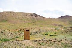 Wood gatatoalett i bergen Royaltyfri Fotografi