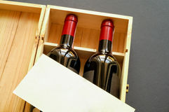 Wood gift box with two wine bottles. And blank card (horizontal Stock Photography