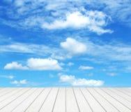 Wood golv med himmel Arkivfoton