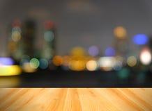 Wood golv och abstrakt suddigt stadsljus, Bangkok Thailand Royaltyfria Bilder