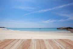 Wood golv på härlig sand och hav, tropisk strand i phangng Arkivfoton