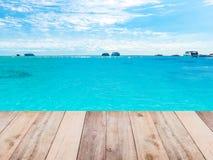 Wood golv, strand och blå himmel arkivfoton