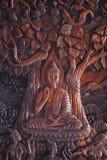 Wood gravyr för Buddha på Wat Asokara Temple i Thailand royaltyfri bild