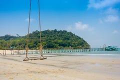 Wood gunga i den härliga tropiska stranden, Crystal Beach på kohkooen Royaltyfri Bild