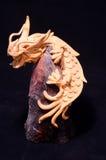 Wood handgjord statyett av en drake Royaltyfri Bild