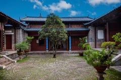 Wood hus Lijiang, Yunnan borggård Arkivfoto