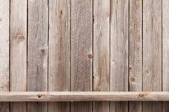 Wood hylla framme av träväggen royaltyfri bild