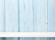 Wood hylla framme av träväggen arkivbild