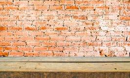 wood hylla- och tegelstenväggbakgrund royaltyfri fotografi