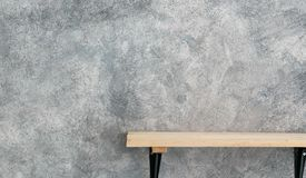Wood hylla på betongväggtextur royaltyfria bilder