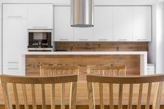 Wood kök med tabellen royaltyfri foto
