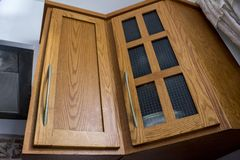 Wood kökhemhjälpkabinetter arkivbilder