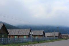 Wood kabiner i dimman Arkivfoton
