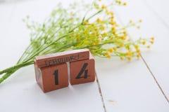 Wood kalender för lycklig Valentine Day tappning för Februari 14 Arkivfoton