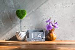 wood kalender för tappning för Februari 14 med grön hjärta på trä t Royaltyfria Bilder