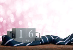 wood kalender för tappning för juni 16 med lyckliga faders för slips Da Royaltyfri Bild