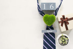wood kalender för tappning för juni 16 med slipsen, gåva, kaktus, gr Fotografering för Bildbyråer