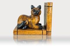 Wood katt som snider bokmärken Arkivfoto