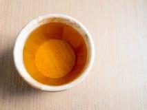 Wood kopp av organiska Jasmine Tea Arkivfoto
