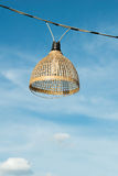 Wood lampa för bambu med himmelbakgrund Arkivbilder