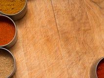 Wood bakgrund med kryddor Arkivfoton