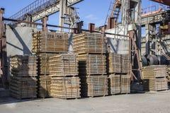 Wood materiellt lager i industriområde hamn Royaltyfri Foto