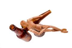 Wood modell som drickas med öl Royaltyfria Foton