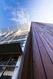 Wood moderna arkitektoniska detaljer och metall arkivfoton