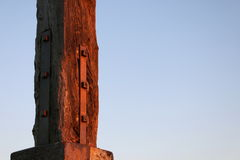 Wood pelare - offset mot himmel Royaltyfri Bild