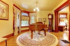 Wood piano för förtjusande tappning i lyxiga vardagsruminrewi Royaltyfria Bilder