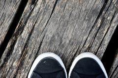 Wood pir, abstrakt textur av en naturlig grå färg med skor Royaltyfri Fotografi