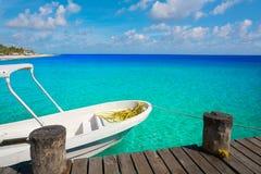 Wood pir och fartyg för Riviera Maya Royaltyfria Foton