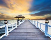 Wood pir och havsplats med dunkelt himmelbruk för naturlig bakgrund, bakgrund Royaltyfria Foton